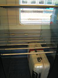 列車内 荷物置き場・下段の白いのが私のスーツケース