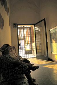 待合室。門の奥に、壁に最後の晩餐の絵が掛かっているドミニコ会修道院の食堂の入り口がある。