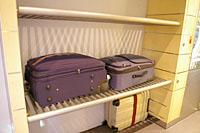 荷物置き場・下段の白いのが私のスーツケース