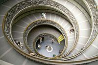 地下へと続く美しい螺旋階段
